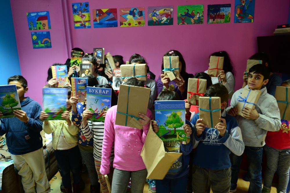 Fondacija Podrži život, knjižare Papirna krila, Peđolino i Deda Mraz donirali knjige Svratištu i Zvečanskoj